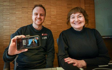 Anita Sollie og Mats Hansen i samtale med statsminister Erna Solberg via mobilkonferanse.