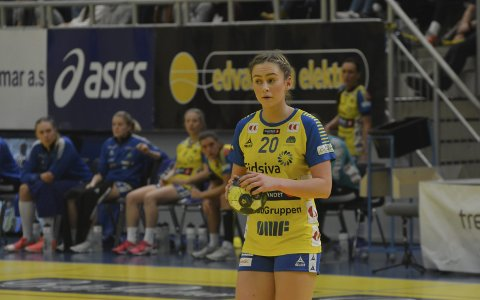 Furnes-jenta Mia Svele har skrevet ny toårskontrakt med Storhamar og trener Arne Sendstad er veldig fornøyd med avgjørelsen.