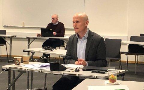 KONSULENT: Her er Øystein Berge fra konsulentfirmaet COW,I da samfunnsanalysen ble presentert 4. desember.