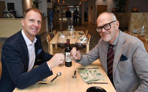 Vinkjennere: Tom  Theodorsen og Dagfinn Dulsrud inviterer modøler og andre til vinkveld under fagfestivalen i Moelv denne uka.