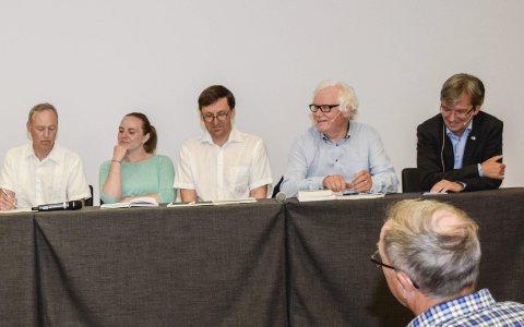 Folkemøte:  – Professeror Bjarne Jensen (nummer to fra høyre i panalet) informerte på et bredt og veldokumentert grunnlag, sier Sindre Nørgaard. Foto: Mari Persson