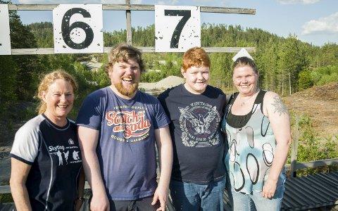 Ungdomsleder Unni Bjarkøy, ungdomstrener Anders Bjarkøy, rekruttskytter Michael Auke og mor og rekruttskytter Nina Auke ved restene av det gamle anlegget. Nå blir det ny bane.