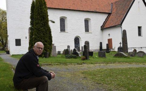 ANBEFALER Å BESØKE KIRKEGÅRDER: Konservator Preben Johannessen ved Ringerikes museum mener kirkegårdene er et fint sted å reflektere over levd liv.