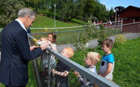 BLOMSTER: Marlene hadde plukket markblomster til Jonas Gahr Støre. Harald, Oskar og Sebastian ville også treffe Jonas. I barnehagen er man på fornavn selv med en statsministerkandidat.