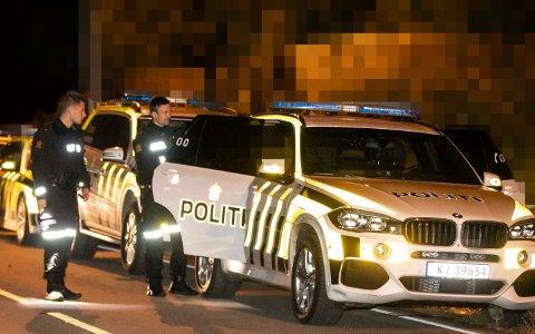 PÅGRIPELSEN:  Natt til tirsdag ble flere personer ført inn i ventende politibiler utenfor en adresse i Hønefoss.