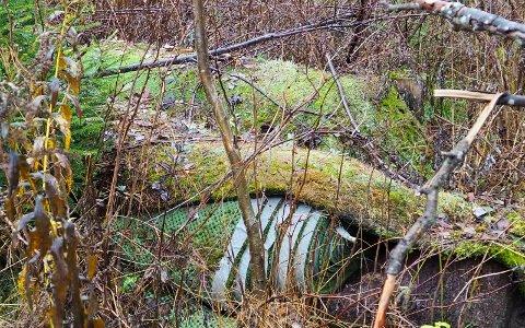 SKAL BRUKES: Restene fra den gamle kunstgressbanen på Puttemyra har blitt liggende i området i mange år. Nå sier Puttemyras venner at det skal brukes i forbindelse med det nye anlegget.