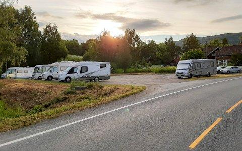 NÅ ER DET IKKE LENGER LOV Å OVERNATTE HER: BIldet, som ble tatt i fjor, viser turister som valgte å overnatte på parkeringsområdet i Verkevika i Jevnaker.