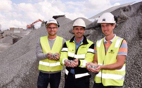 KNUSTE SVILLER: John Edvard Myrvang (fra høyre), Tommy Hermansen og Vegard Bjørntvedt viser fram  det som blir igjen av de gamle jernbaneskinnene. Sluttproduktet kan brukes til blant annet veibygging.