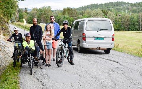 PÅ TIDE: Håkon (12), Birger Nordgården, Steffen Tangen Fossum, Vilde (11), Emil Nordgården Moen og Ola (14) synes det er på tide at det blir gjort noe med veien deres.