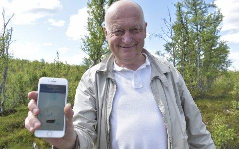 APP: Per Lykke viser fram en telefon hvor den nye appen er i aksjon. Her ved turstiens første post.