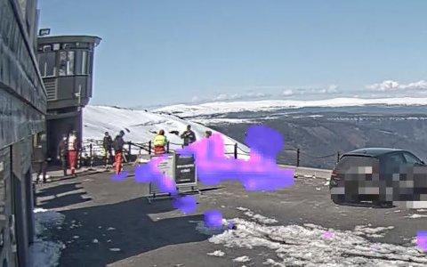 Politiet er på stedet. Bildet er tatt på parkeringen på Gaustatoppen.
