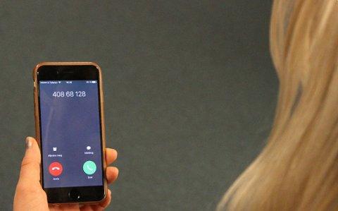 RINGER: Dette telefonnummeret kommer opp på skjermen når Microsoft-svindlere ringer. Foto: Kjetil Mæland (Nettavisen)