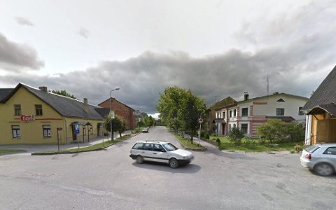 BYBESØK: Her, i den lille byen Bene i Latvia, fikk byens rådhus nytt tak, takket være Samarbeidsrådet for Nedre Romerike. Det har ikke lykkes Romerikes Blad å finne det aktuelle rådhuset. Foto: Google