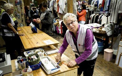 Ny Million: Torild Pettersen og de andre i bruktbutikken til Røde Kors på Jessheim har omsatt for en ny million i 2016. Foto: Øyvind Mo Larsen