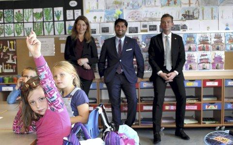 HAR SVARET: Politikerne Turid Kristensen (H), Himanshu Gulati (Frp) og Henrik Asheim (H) var imponert over Matilde Frydenberg Hermansen (foran) og de andre elevene i klasse 2A på Vigernes. Foto: Torstein Davidsen