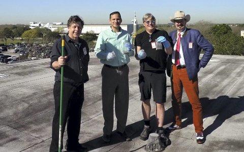 Feiing på taket: Her samles potensielt materialet på taket av en bygning på NASA Johnson Space Center i Houston. Fra v. Michael Zolensky, NASA, James Martinez, NASA, Jon Larsen og Jan Kihle. Alle foto: Jan Kihle/Jon Larsen