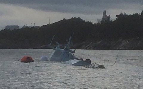 Fregatten Helge Ingstad ligger nå nesten under vann. Flere vaiere som har holdt fregatten på plass. NB: Lavoppløst bilde. Foto: Kystverket / NTB scanpix