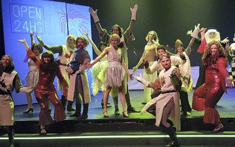 Ellevilt: Musikalen «Spamalot» inneholder det meste av sang, dans og absurditeter, signert Monty Python, nå framført på Romerike folkehøgskole.Foto: Ingjerd de Graaff