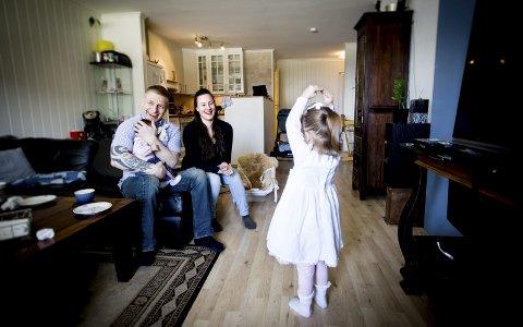 FAMILIELYKKE: I over tre år har Vibeke Morrissey og Ken Joar Olsen ventet på å få omsorgen for sin tre år gamle datter. Torsdag i forrige uke ble drømmen oppfylt, og familien på fire nyter hverdagene sammen. Foto: Lisbeth Lund Andresen