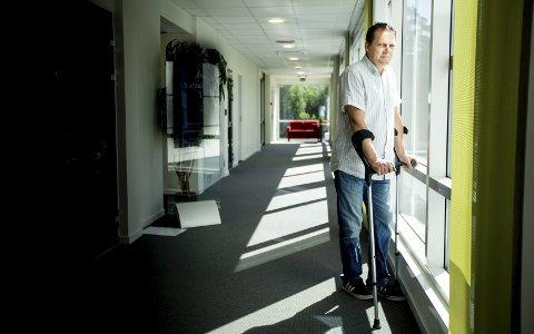 VIL IKKE VENTE: – Jeg kan ikke sitte og vente på at jeg skal bli avhengig av rullestol. Jeg må prøve å få den hjelpen som kan gjøre meg bedre, sier Henrik Stefansen.Foto: Tom Gustavsen