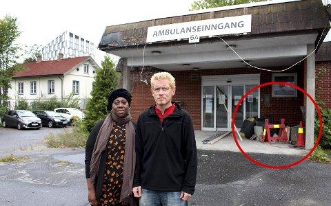 LITE HJELP Å FÅ: Daniel (42) fra Lørenskog har de siste månedene bodd på trappa utenfor gamle Lillestrøm sykehus. Honoratte Muhanzi, leder i Velferdsalliansen, støtter ham i kampen for et verdig liv.