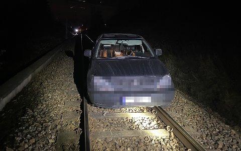 HER ENDTE FERDEN: Sjåføren kjørte ut på togsporet og stakk deretter fra stedet til fots.
