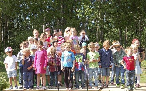 GLADE OG FORNØYDE: Alle var fornøyd med at sommerfesten i Kana barnehage samlet inn 10 300 kroner til barnekreftforeningen.Foto: Innsendt
