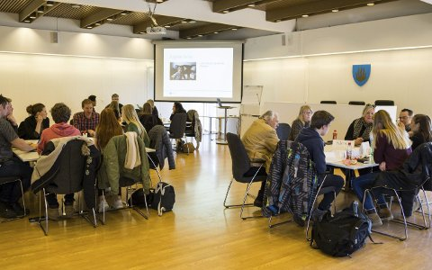 UFORMELT: Dialogmøte mellom ungdom og politikere er en uformell samling hvor det diskuteres ulike temaer.