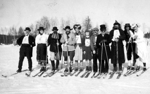 05ec8e01 Kostymerenn på Spikkestad i 1952: – Om ikke alle har kostymer, oppfordres  deltagere på