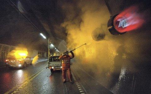 EFFEKT: Man tenker ikke over det som bilist, men Oslofjordtunnelen vaskes regelmessig for at skilt og veibane skal være ren og synlig.
