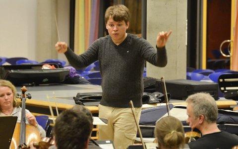 Eksamenskonsert: Eirik Haukaas Ødegaard skal ta eksamen som dirigent med Vestfold Symfoniorkester. De kan sees og høres i Hjertnes kulturhus lørdag klokka 18.