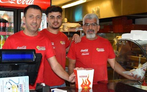 SERVERER RASK OG HJEMMELAGET: Daglig leder Enver Polat, Jonas Omarkhel og Mehmet Gellik har mange varianter av kebab og pizza på menyen. – Vi har hjemmelagede sauser, krydder og lefser, samt rent kjøtt i våre retter, sier Polat. FOTO: Vibeke Bjerkaas