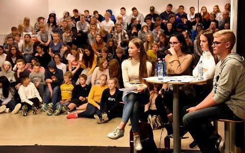 STILTE SPØRSMÅL: Adele Siljan (14), Synne Heimark (15), Fijolla Kastrati (15) og Ole-Henrik Haglund (14) stilte spørsmål under valgdebatten på Hafslund ungdomsskole.