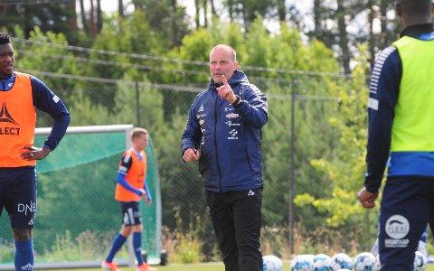 INSTRUERER: Geir Bakke mener Sarpsborg 08 hadde Strømsgodset på gaffelen i søndagens 2-2-kamp. Treneren er overrasket over at de ikke klarte å utnytte momentumet bedre.