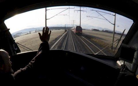 Per Olaf Toftner i Det Rette Parti tror ikke på noe hurtiggående tog til Gøteborg før i 2050. (Foto: NTB Scanpix)