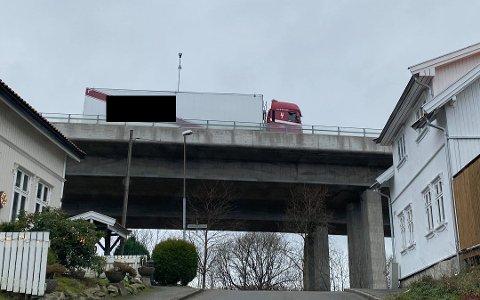 STOPPET PÅ SANDESUNDBRUA: Et vogntog har fått stopp på Sandesundbrua.