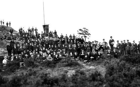 Borregaard og Omegns Sag- og Tomtearbeiderforening 1902, medlemmer samlet på Kurlandtoppen i Sarpsborg med fane og hornmusikk. Antagelig fra 1. mai. (Foto: Martha Bjerke/Østfold fylkes billedarkiv)