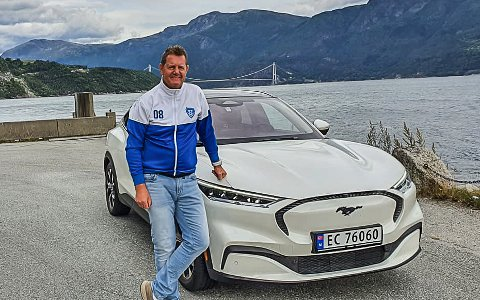 ELBIL-EIER: Per Kristian Syversen har eid denne Ford Mustangen i en drøy måned, og han er veldig fornøyd med sin elbil.