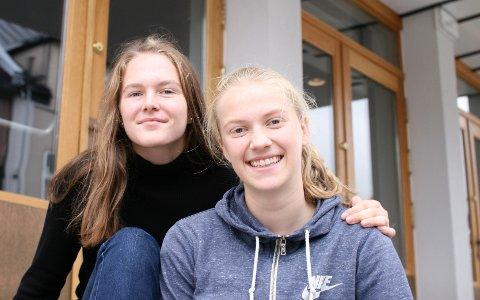 TETT PÅ: Femtenåringene Anniken Monsen og Kamilla Wiese Andersen ved 10. trinn på Kruseløkka skole deltok under onsdagens konferanse på Sarpsborg scene. Under pandemien har de savnet den gode klemmen fra venner og bekjente.