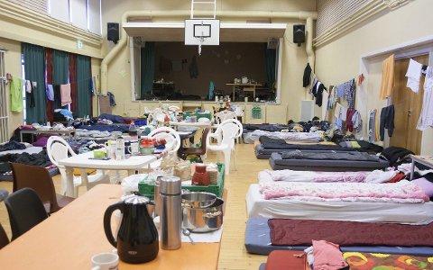 Her bor de: De fire studentene fra Polen som vi har snakket med, har bodd i denne gymsalen i drøye tre uker.