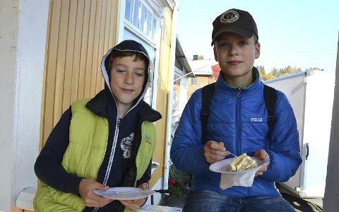 NØT KAKE: Samuelis (11) og Nojus Apynis (13) koste seg med marsipankake ved inngangen til kafeen.