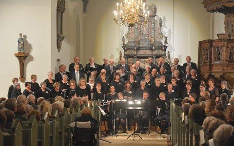 AKTØRER: Mange bidro til konserten i Eidsberg kirke søndag kveld. Her er både damekoret, mannskoret og bygdekoret samlet. Foto: Glenn Thomas Nilsen
