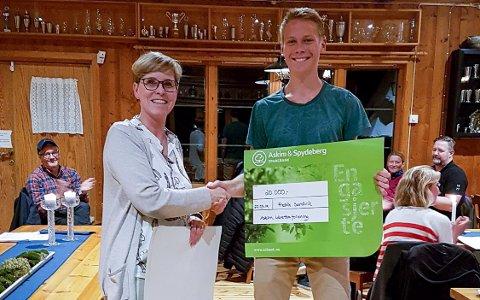 GODE PENGER: Friidrettsutøver Fredrik Sandvik fikk overrakt et stipend på 20.000 kroner fra Askim IF og leder Nina Aakvaag Dahl.