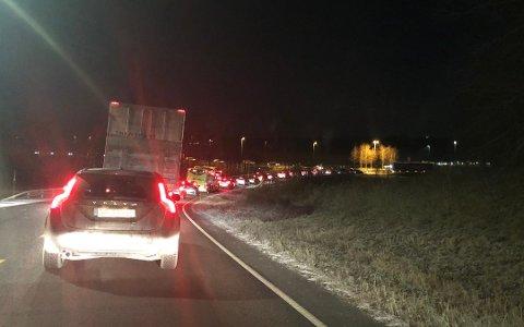 KØ: Fredag 27. november sto trafikken inn mot rundkjøringen på Holstad. Foto: Mette Kvitle