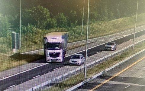 LIVSFARLIG: Her rygger sjåføren av vogntoget på E6 etter å ha misset avkjøringen.