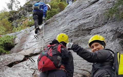 MOTBAKKE: Mykje bratt klatring, men Aina Bøe frå Sogndal viser tommel opp.