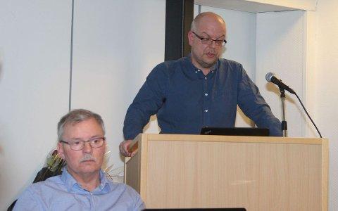 TEK AVSTAND: Årdal Ap, her ved leiar Malvin Stenehjem og Hilmar Høl, meiner oppslag om Årdal Ap og Høl i media er direkte misvisande. (Arkivfoto)