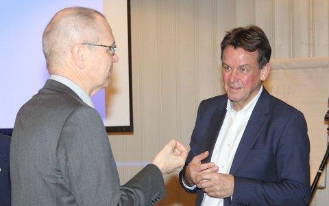 HØG PRISLAPP: Fylkesrådmann Tore Eriksen og prosjektleiar Rune Haugsdal, påtroppande rådmann i Vestland under møtet i fellesnemnda i Flåm.
