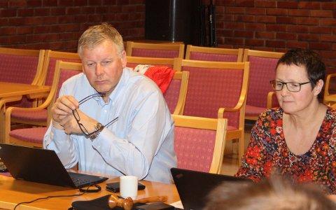 KRITISK: Fylkesdirektør Jan Heggheim er kritisk til kulturmeldinga. T.h. Karen Marie Hjelmeseter, leiar i utvalet for næring og kultur, som delte kritikken frå fylkesdirektøren.