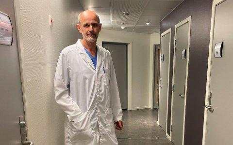 AUKANDE SMITTE: Smittevernlege Leiv Erik Husabø fekk laurdag stadfesta det femte og sjette smittetilfellet i Sogndal.